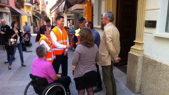 Els dos agents, ahir al matí, parlant amb Lluís Puig i Jordi Pallí Foto:JOAN TRILLAS