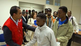 Un membre de la Creu Roja rebia ahir els refugiats que van arribar a Madrid procedents d'Itàlia Foto:D.CRESPO / EFE
