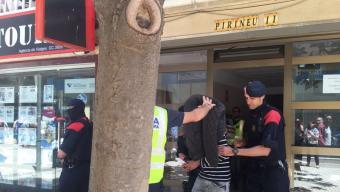 El detingut al carrer doctor Fleming surt del habitatge després de l'escorcoll Foto:TURA SOLER