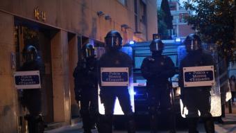 Manifestants a Gràcia amb un contenidor tombat en primer terme Foto:Albert Salamé
