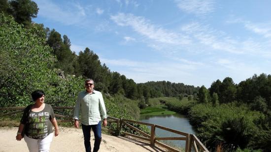 El diputat de Medi Ambient,Josep Bort, ha visitat la Cova Negra. Foto:EL PUNT AVUI