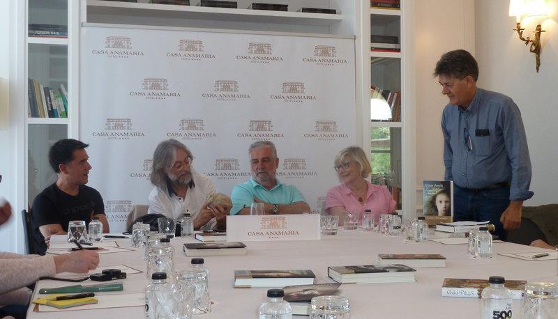 Imatge dels quatre escriptors amb el moderador, en un moment de la tertúlia que van compartir a l'hotel Casa Anamaria.