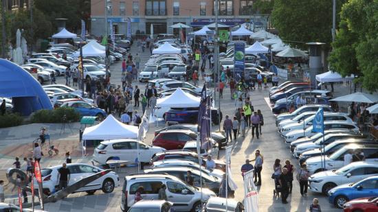 La Plaça de Cal Font concentra els expositors del sector de l'automoció Foto:ÒSCAR LÓPEZ