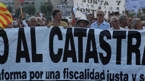 Manifestació de veïns a Cunit l'any 2009 contra l'augment del preu de l'IBI que va impulsar l'anterior govern socialista per fer front a la despesa municipal.
