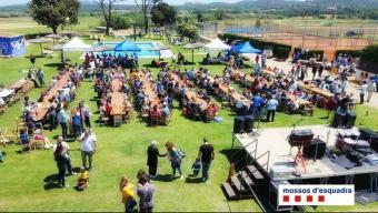 L'arrosada popular va ser un dels actes de la jornada solidària per recullir fons per Oncolliga. Foto:MOSSOS