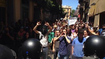 Manifestants increpant els mossos, diumenge al brri de Gràcia Foto:ACN