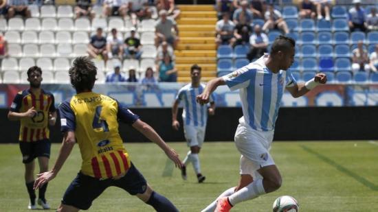 Nesyri supera Medina, en una jugada del partit d'ahir a La Rosaleda Foto:DIARIO SUR