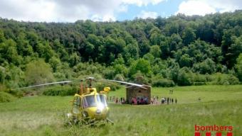 L'helicòpter dels bombers enmig del cràter del Santa Margarida per recollir la senderista que no podia sortir pel seu propi peu del volcà.