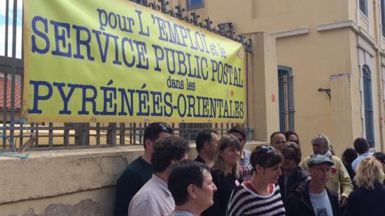 La diputada Mireia Vehí, al centre, amb els vaguistes de Ribesaltes Foto:PABLO BONAT