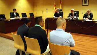 L'acusat , a la dreta, ahir a l'Audiència Foto:MARINA LÓPEZ (ACN)