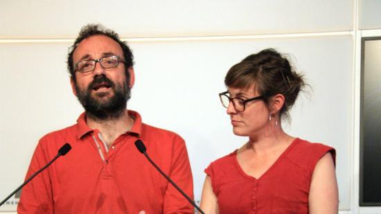 Els diputats de la CUP , Benet Salellas i Mireia Vehí, ahir presentant la nova llei. Foto:ACN
