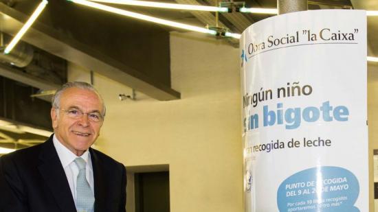 El president de la Fundació Bancària la Caixa , Isidre Fainé, en un dels punts de recollida de llet Foto:PUNT AVUI