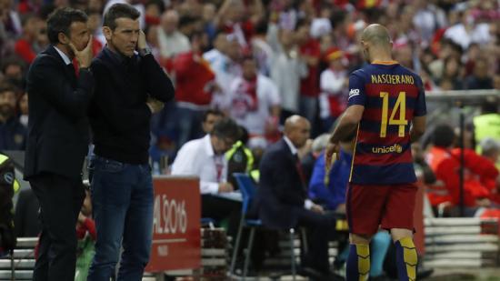 Luis Enrique conversant amb Unzue. El tècnic ha sabut evolucionar el model Barça. Ara haurà d'encertar en els fitxatges. Foto:JAVIER LIZÓN / EFE