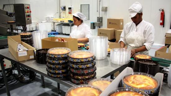 Vista d'una línia de producció de Horno de San Juan. Cada hora arriben a sortir més de 9.000 pastissos Foto:X.P. / ACN