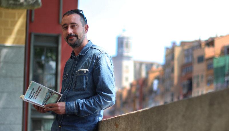 Imatge d'Adrià Pujol, ahir a Girona, ciutat a la qual opina que també li convindria renovar la seva imatge literària.