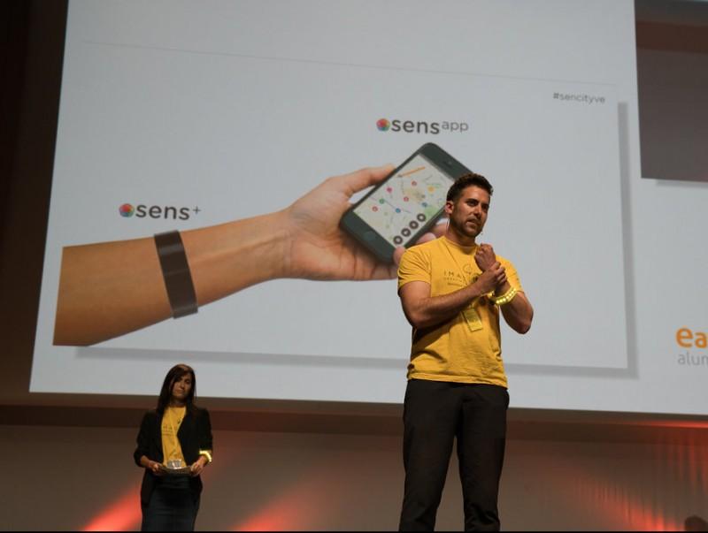 Un dels equips de 'dreamers', en la presentació del seu prototip innovador, a Barcelona.  Foto:XAVIER VERDAGUER