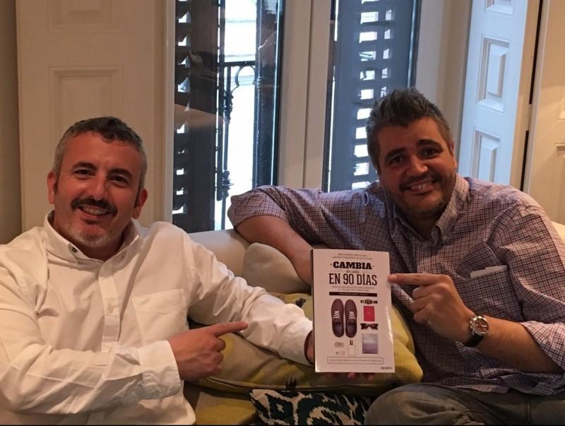 Muñoz i Gianninoni mostren el llibre que han publicat.  Foto:ARXIU
