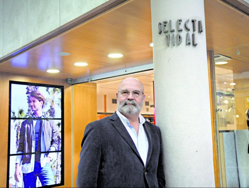 Xavier Vidal, director general, a l'entrada de Selecta Vidal, la botiga del centre de Badalona.  Foto:FRANCESC MUÑOZ