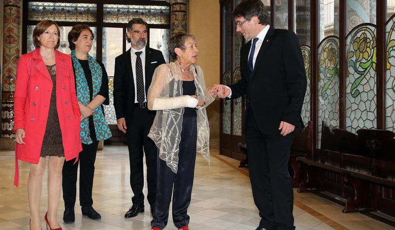 Imatge de Maria-Antònia Oliver, premi d'Honor de les Lletres Catalanes, és felicitada pel president Puigdemont, acompanyat de Forcadell, Colau i Cuixart.