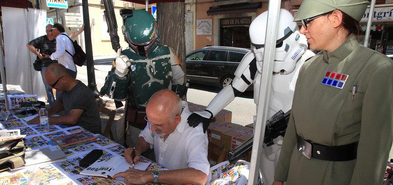 Imatge d'El caçarecompenses Boba Fett i soldats imperials flanquejant un artista, durant la passada –i última– edició del Festival del Còmic de Torroella.