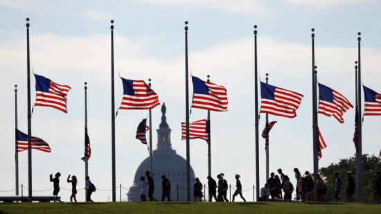 Banderes a mig pal, ahir a Washington en senyal de dol pels fets d'Orlando. Foto:REUTERS / KEVIN LAMARQUE