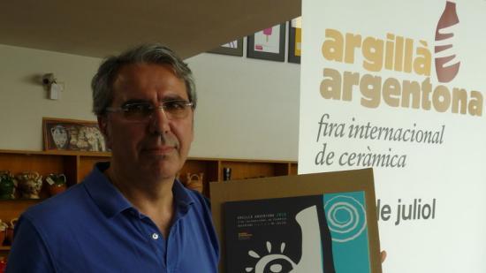 Oriol Calvo amb el càntir de l'any i el cartell guanyador de la segona edició de l'Argillà d'Argentona. Foto:LL.A