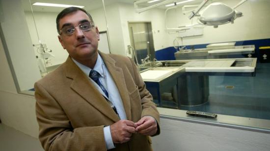 El director de l'Institut de Medicina Legal i Ciències Forenses , el doctor Jordi Medallo, en una sala de l'ens Foto:QUIM PUIG
