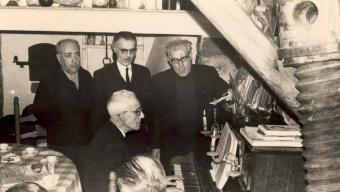 Aquesta fotografia  feta a primers del 1960 al restaurant Es Niu de Palafrugell és perfectament representativa de la cantada que es va portar a terme a Calella, a la taverna de Can Batlle, la diada de Tots Sants de l'any 1966. I és que els protagonistes són els mateixos: els cantaires Ernest Morató, Carles Mir i Pitu Xicoira, acompanyats al piano pel mestre Frederic Sirés. Van formar el primer grup Port Bo, i van ser els pioners de la cantada de Calella de Palafrugell. Foto:COL·LECCIÓ CARME MORATÓ ALBERT / AMP