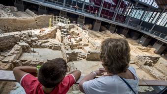 Nova campanya d'excavacions al Born, ara amb la mirada atenta dels milers de visitants que rep el jaciment Foto:ALBERT SALAMÉ