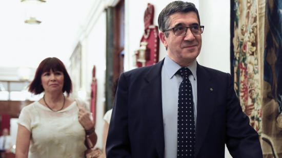 Els socialistes Patxi López i Micaela Navarro, ahir, a la sortida de la reunió de la mesa de la Diputació Permanent del Congrés dels Diputats Foto:SERGIO BARRENECHEA / EFE