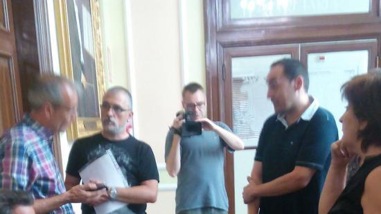 Representants dels treballadors del Pius Hospital de Valls demanen l'accés a la sessió on es fa la Junta Foto:JOSEP LLUÍS ERAS
