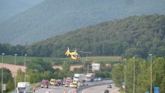 L'helicòpter s'enlaire a Begudà amb el ferit que va haver de dur al Trueta. Foto:JORDI CASAS