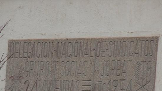 Una de les plaques de l'època franquista que ha estat retirada aquesta setmana d'un edifici de la plaça de la Palla.
