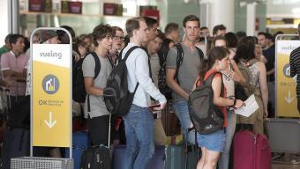 Aspecte de les oficines de Vueling a l'aeroport del Prat, amb centenars de passatgers esperant notícies del seu vol Foto:JOSEP LOSADA