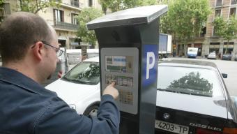 Un usuari paga en un parquímetre, en una imatge d'arxiu Foto:ANDREU PUIG