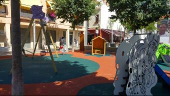 La nova imatge de la plaça Vicenç Ferrer de Calella inspirada en els contes tradicionals, amb il·lustracions de Pilarín Bayés Foto:T.M