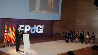 El rei Felip VI es prepara per iniciar el seu discurs. A la dreta, els sis guardonats a Girona Foto:JOAN SABATER