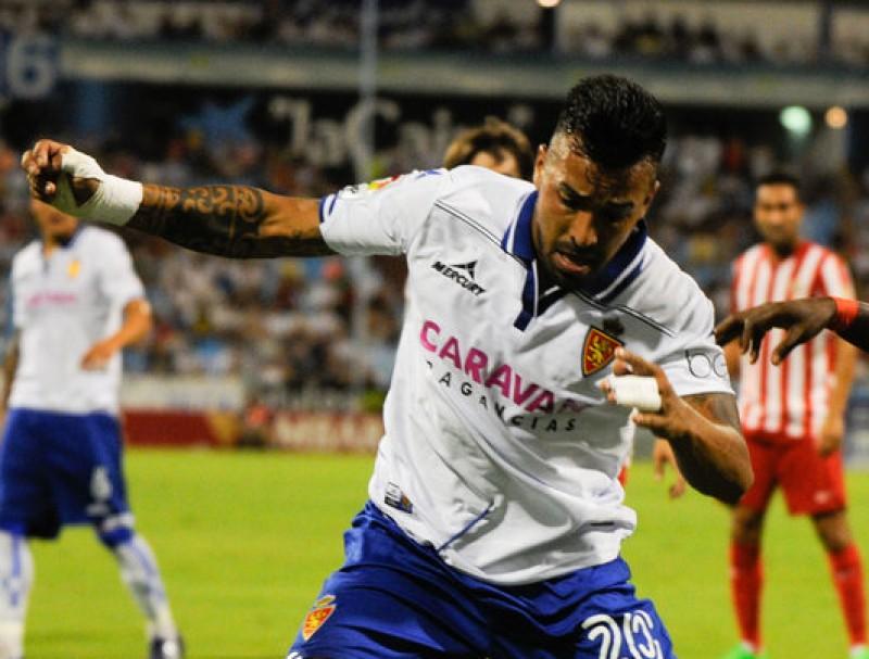 Jorge Díaz, pressionat per un jugador de l'Almeria, la temporada passada amb el Saragossa Foto:EL PERIÓDICO DE ARAGÓN