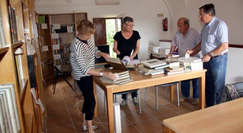 Imatge dels voluntaris que estan treballant per reconstruir la sala de lectura.