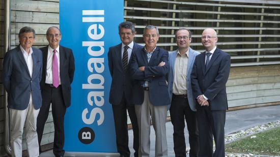 Els convidats al debat 'Converses Banc Sabadell', al davant dels estudis d'El Punt Avui Televisió, a Sant Just Desvern Foto:JOSEP LOSADA
