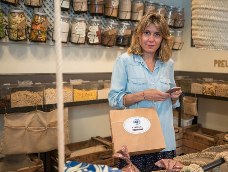 Eva Tomàs, en una de les botigues afiliades a Manzaning.  Foto:L'ECONÒMIC