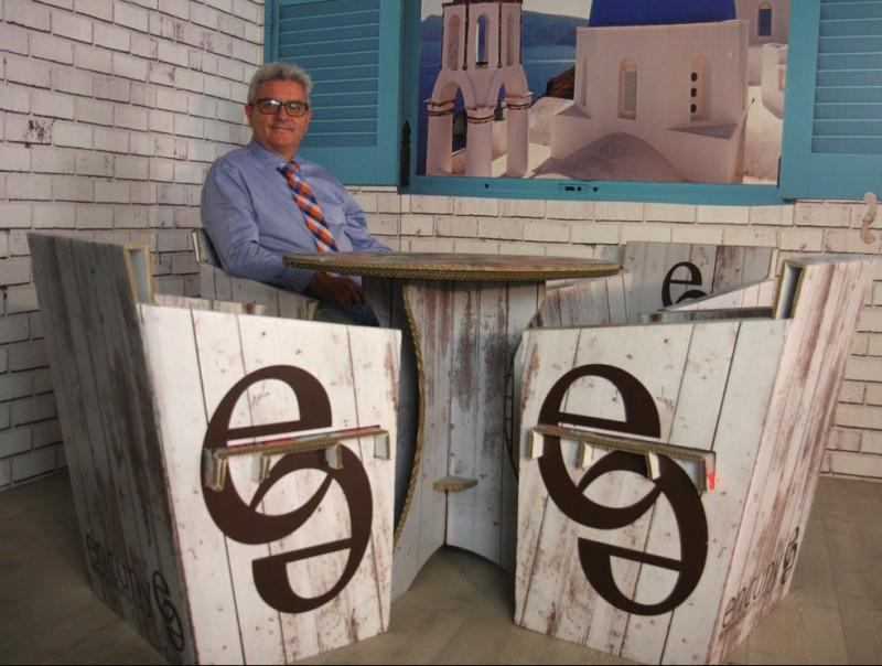 Ricard Xavier Rodríguez envoltat d'alguns dels mobles que comercialitza per Internet.  Foto:FRANCESC MUÑOZ