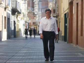L'alcalde del Prat de Llobregat , Lluís Tejedor, en un carrer del centre de la ciutat Foto:A.G ORIOL DURAN