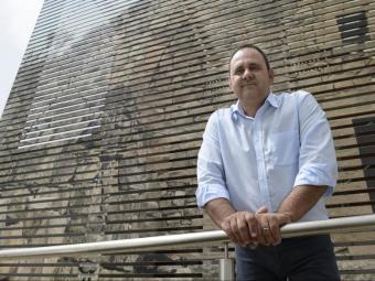Antoni Villas, davant el Consell Comarcal de les Garrigues , que presideix des de fa un any, el dia de l'entrevista . Foto:SANTI IGLESIAS