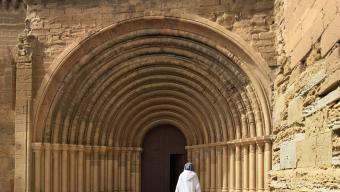 L'espectacular portalada romànica que les monges no deixen fotografiar ni quasi visitar, excepte un parell d'hores els dissabtesVista general de l'immens complex del monestir, amb els Monegres a l'horitzó, i una estàtua de l'erudit Miguel Servet, nascut al poble Foto:SANTI IGLESIAS SANTI IGLESIAS