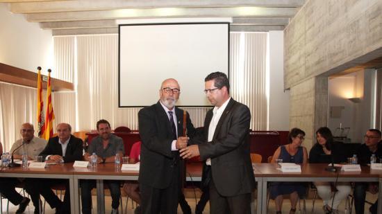D'esquerra a dreta, Josep Maria Rufí (ERC-Junts), rebent la vara d'alcalde del seu antecessor, Jordi Cordón, en el ple de dimecres passat Foto:JOAN SABATER