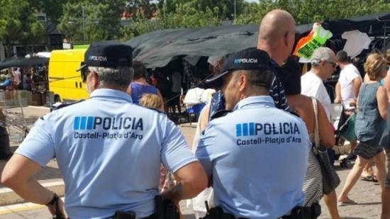 Agents de la Policia Local de Platja d'Aro, divendres, vigilant el mercat municipal setmanal Foto:P.L