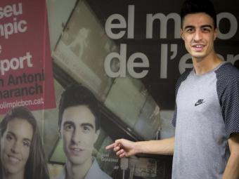 Joel González al costat d'un anunci del qual és un dels protagonistes Foto:ALBERT SALAMÉ