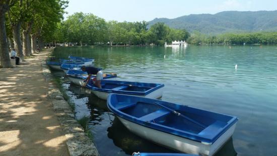 L'estany, punt de partida o de pas de la majoria de carrils bici de la ciutat de Banyoles. Foto:J.C