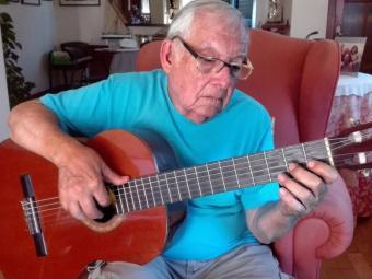 El mestre Bastons amb la seva guitarra. Foto:JOSEP BOFILL BLANC